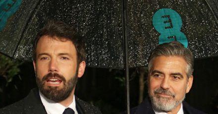Ben Affleck (l) und George Clooney sind 2013 bei der Verleihung der Bafta-Preise in London.