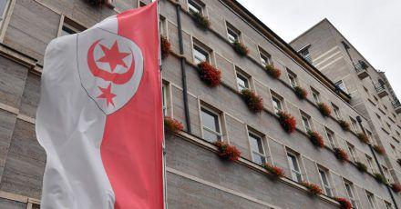 Stadtwappen von Halle weht vor dem Ratshof am Marktplatz. Am Freitagmittag hatte die Polizei einen Verdächtigen an seinem Arbeitsplatz festgenommen. (Symbolbild)