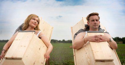 Eine Szene mit Johanna Christine Gehlen und Sebastian Bezzel aus der Miniserie «Da is' ja nix».