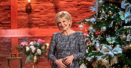 Carmen Nebel im weihnachtlich dekorierten Studio.