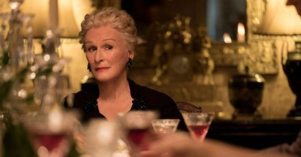 Edith (Glenn Close) bei einem großen Familien-Dinner, das nicht störungsfrei verläuft.