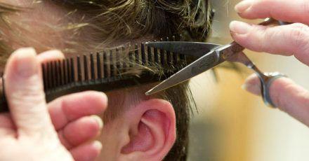 Achtung, nur gute und scharfe Scheren zum Haareschneiden benutzen. Sonst droht Spliss.