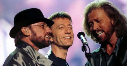 Maurice (l-r), Robin und Barry Gibb 1998 bei einem Auftritt im Wembley-Stadion.