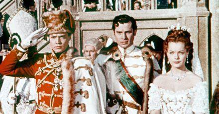 """Kaiser Franz Josef von Österreich (Karlheinz Böhm, M) hat Prinzessin Sissi (Romy Schneider) geheiratet, Graf Andrassy (Walter Reyer) fungierte als Trauzeuge in einer Szene des Films """"Sissi, die junge Kaiserin""""."""