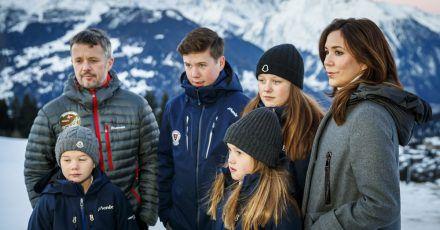 Die dänische Königsfamilie mit Prinz Vincent (l, vorne), Prinzessin Josephine, Kronprinz Frederik (l-r, hinten), Prinz Christian, Prinzessin Isabella und Kronprinzessin Mary im Ferienort Verbier.