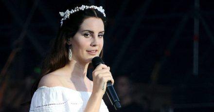 Lana Del Rey stimmt auf Weihnachten ein - und tut Gutes.