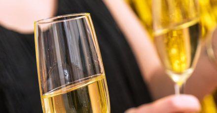 Sektflöten sind zwar beliebte Gläser, Experten raten für den vollen Genuss jedoch eher zu Weingläsern.