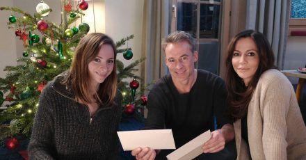 Bescherung unterm Weihnachtsbaum: Katja (Simone Thomalla, r), Kiki (Carolyn Genzkow) und Mark (Marco Girnth).