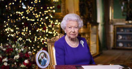 Königin Elizabeth II. bei der Aufzeichnung ihrer Weihnachtsansprache auf Schloss Windsor.