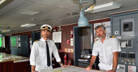 Das Traumschiff fährt nach Kapstadt: Kapitän Max Parger (Florian Silbereisen, l.) und Staff-Kapitän Martin Grimm (Daniel Morgenroth) nehmen Kurs auf Südafrika.