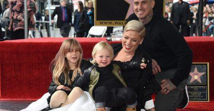 Pink hat im letzten Jahr einen Stern auf dem Hollywood Walk of Fame bekommen. Mit dabei:Ehemann Carey Hart und die Kinder Willow Sage (l) und Jameson Moon.