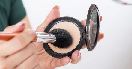 Gute Vorsätze für Beauty-Produkte. Einer lautet: Reinigen Sie regelmäßig Pinsel und Schwämmchen.