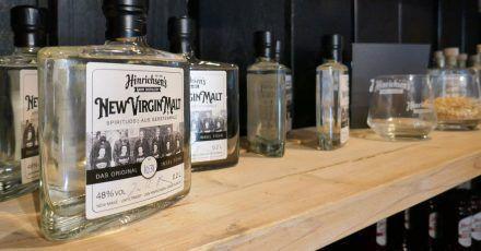 «New Virgin Malt»: Whisky auf dem Verkaufsregal im Caférestaurant von Landwirt Jan Hinrichsen.