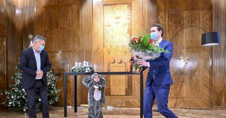 Sebastian Kurz (r), Bundeskanzler von Österreich, Vizekanzler Werner Kogler und ein Kind, das als «Babyelefant» verkleidet ist.