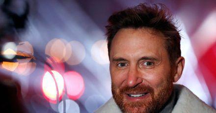 David Guetta lädt an Silvester zu einer Show vor der Louvre-Pyramide in Paris ein.