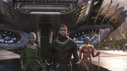 """Chadwick Boseman mit Lupita Nyong'o (l.) und Danai Gurira (r.) in """"Black Panther"""". (cam/spot)"""