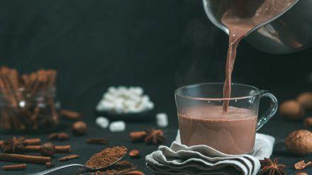 Zimt, Karamell oder Amaretto verfeinern die heiße Schokolade. (spot)