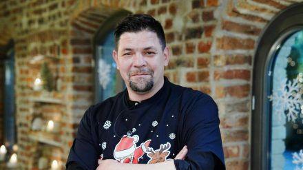 """""""Kitchen Impossible - Die Weihnachts-Edition"""": Tim Mälzer im Weihnachtsoutfit (cg/spot)"""