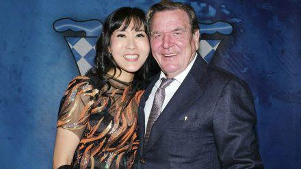Gerhard Schröder mit seiner Ehefrau bei einem Auftritt in Hannover. (hub/spot)