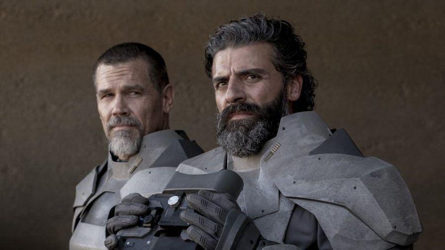"""""""Dune"""": Josh Brolin als Gurney Halleck, an seiner Seite Oscar Isaac als Leto Atreides. (stk/spot)"""