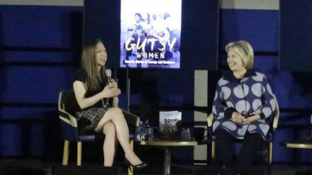 Chelsea Clinton (l.) und ihre Mutter Hillary Clinton arbeiten an einer Doku-Reihe zu ihrem Buch. (ili/spot)