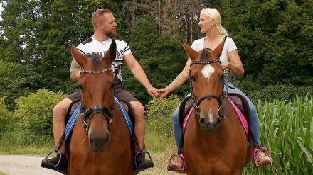 Sascha und Denise händchenhaltend bei ihrem Reitausflug. (mia/spot)