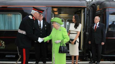 Die Queen und Herzogin Meghan vor dem Royal Train 2018 (mia/spot)
