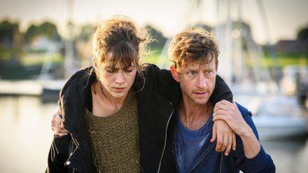 """""""Friesland: Gegenströmung"""": Henk Cassens (Maxim Mehmet) findet beim Joggen eine Frau ohne Gedächtnis (Sophie Pfennigstorf). (cg/spot)"""