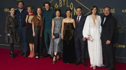 """Im Dezember 2019 kam der Cast von """"Babylon Berlin"""" zur Premiere der dritten Staffel in Berlin zusammen. (elm/spot)"""