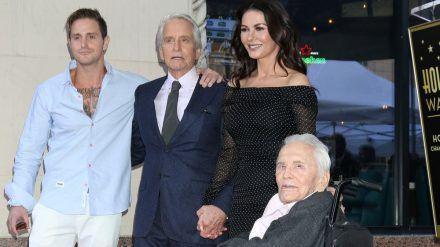 Cameron Douglas, Vater Douglas, Catherine Zeta-Jones und Kirk Douglas (v.l.n.r.). (jom/spot)