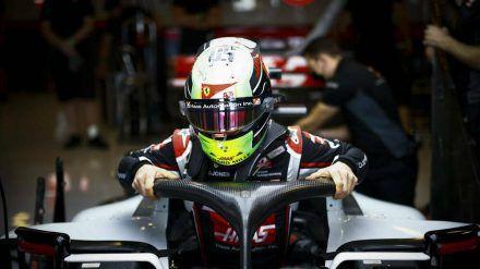 Mick Schumacher nimmt in seinem Haas-Boliden Platz. (dr/spot)