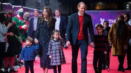 Prinz William und Herzogin Kate mit Prinz Louis (li.), Prinzessin Charlotte und Prinz George. (cos/spot)