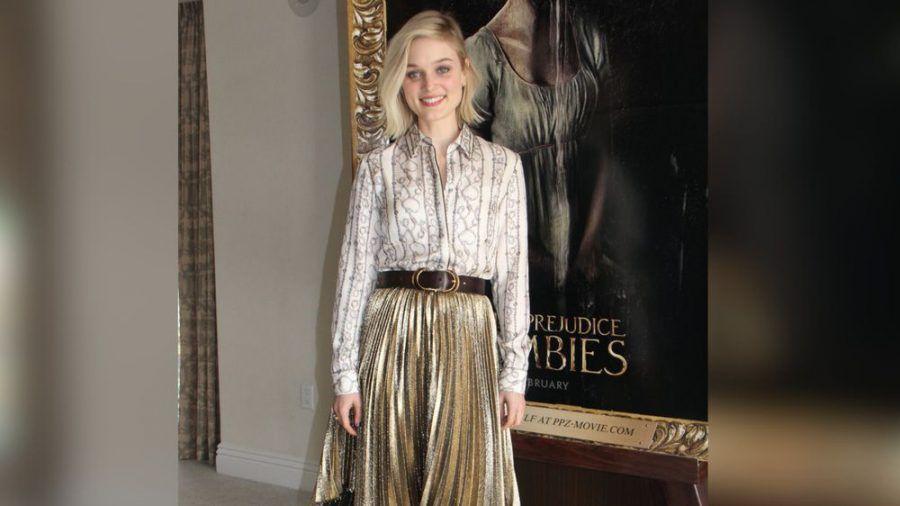 Schauspielerin Bella Heathcote stylt Plisseerock mit Bluse und Gürtel. (cos/spot)