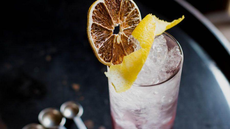 Simple Cocktails wie Highballs sind auch von Laien einfach zu Hause zuzubereiten. (Symbolbild) (ncz/spot)