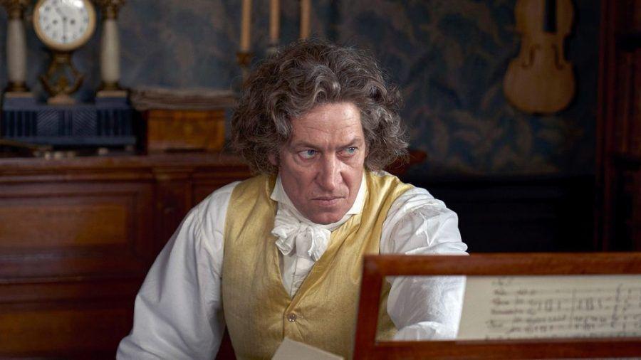 """Louis van Beethoven"": Ludwig van Beethoven (Tobias Moretti) ist mit 57 Jahren fast taub. (cg/spot)"