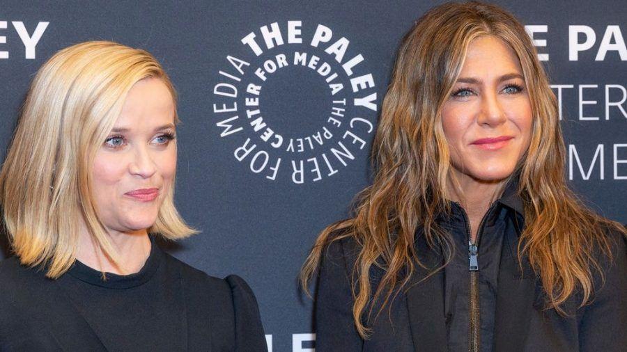"""Reese Witherspoon (li.) und Jennifer Aniston sind seit November 2019 in """"The Morning Show"""" zu sehen. (jom/spot)"""