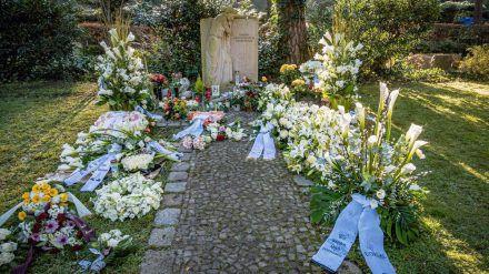Kränze und Blumen von der Urnenbeisetzung von Udo Walz. (dr/spot)