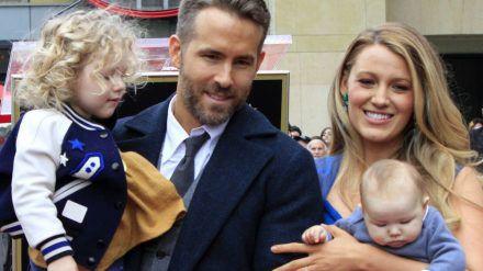 Ryan Reynolds mit Ehefrau Blake Lively und zwei der gemeinsamen drei Töchter (ves/spot)