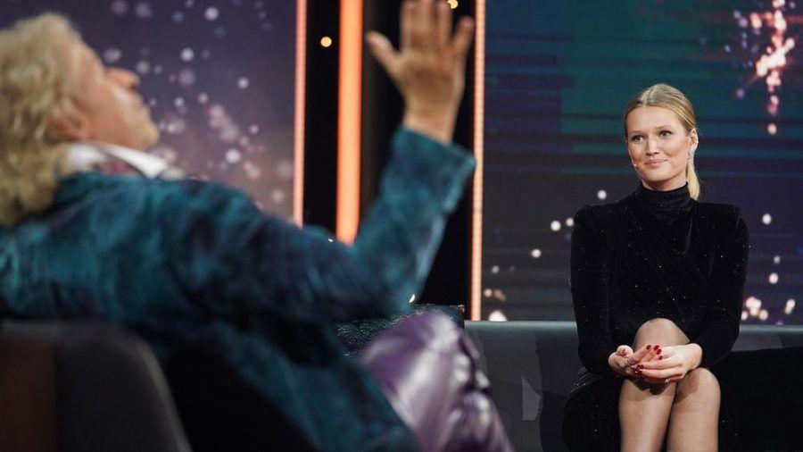 Thomas Gottschalk (li.) begrüßte Model Toni Garrn in seiner Sendung. (jom/spot)
