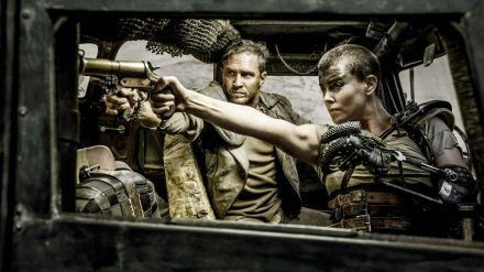 """Der Blockbuster """"Mad Max: Fury Road"""" mit Charlize Theron (r.) und Tom Hardy in den Hauptrollen bekommt eine Vorgeschichte. (wag/spot)"""