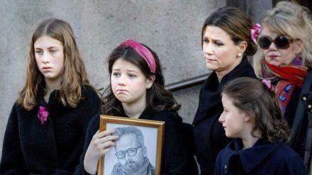 Prinzessin Märtha Louise von Norwegen mit ihren Töchtern auf der Trauerfeier von Ari Behn. (cos/spot)