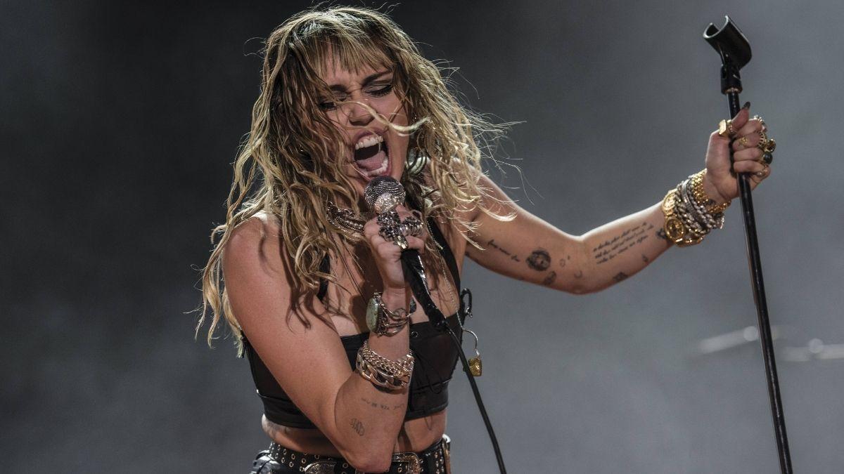 Miley Cyrus tritt beim Super Bowl vor 7500 Geimpften auf!