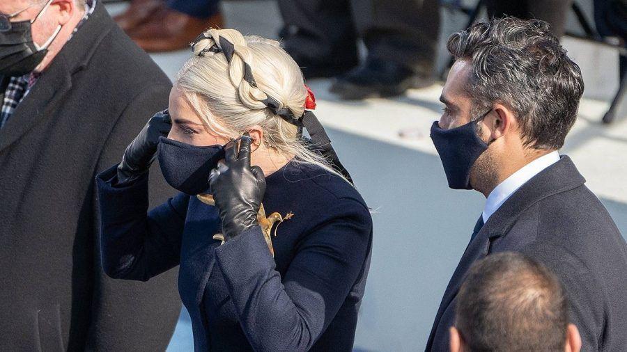 Lady Gaga: Ganz schräger Maskenkuss mit Lover