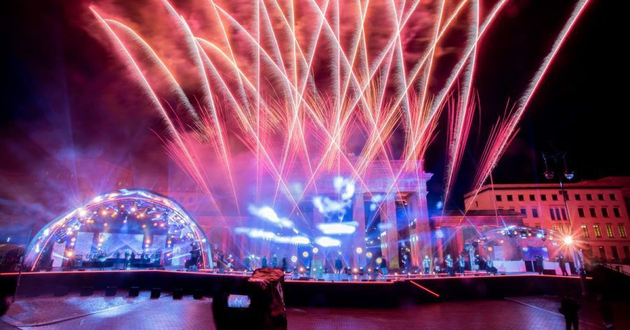 Ein Feuerwerk wird bei der ZDF-Silvestershow «Willkommen 2021» am Brandenburger Tor gezündet.