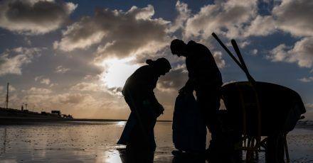 Zwei Jahre nach der Havarie des Riesenfrachters in der stürmischen Nordsee drängen Kommunalpolitiker und Naturschützer weiter darauf, Konsequenzen aus dem Unglück zu ziehen.