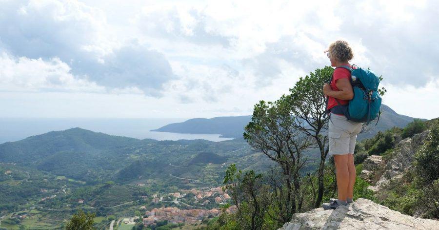 Rio nell'Elba duckt sich unten an den Bergrücken, auf dem der Weg verläuft.