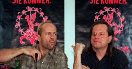 """Regisseur Terry Gilliam (r) neben Schauspieler Bruce Willis 1996 auf der Berlinale bei der Vorstellung ihres Films """"12 Monkeys""""."""