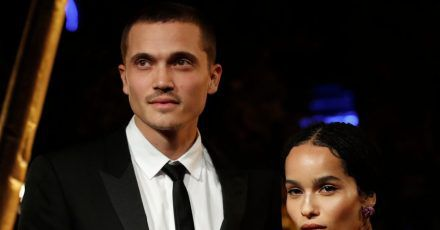 Zoe Kravitz (r) und ihr Partner Karl Glusman kommen 2018 zur Weltpremiere des Films «Fantastic Beasts: The Crimes of Grindelwald» in Paris.