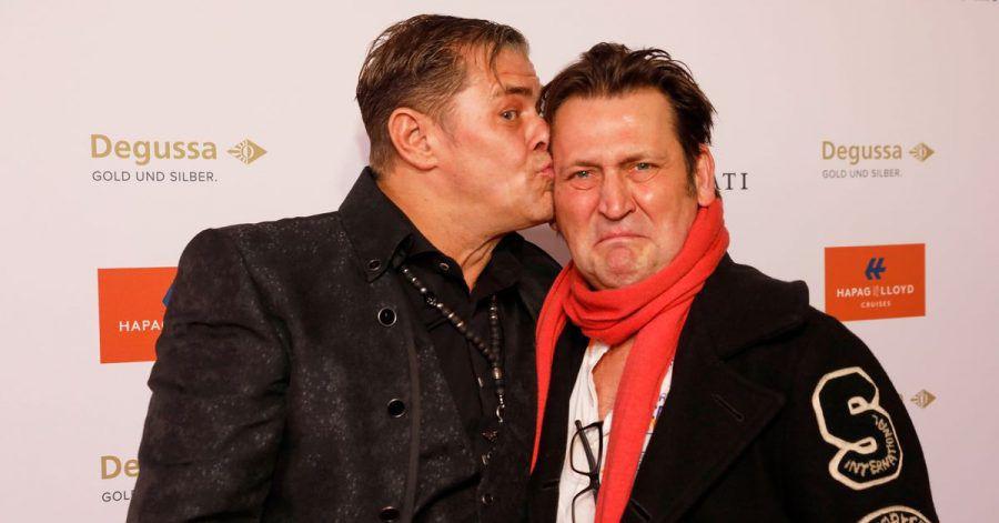 Die Schauspieler Sven Martinek (l) und Ingo Naujoks teilen sich in der ARD-Vorabendserie «Morden im Norden» die Kamera - seit Jahren schon.
