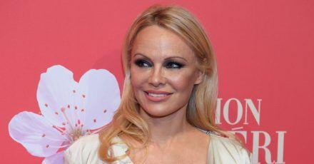 Pamela Anderson ist froh, das Julian Assange nicht an die USA ausgeliefert wird.